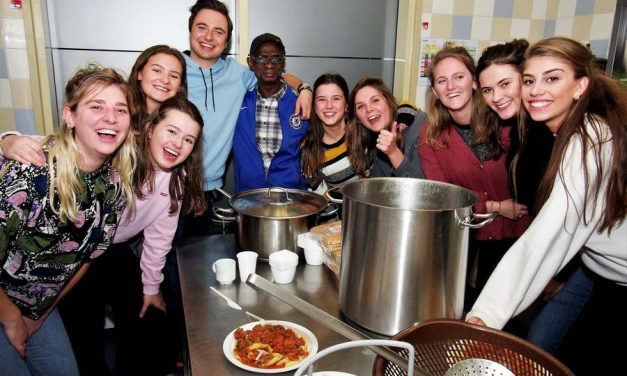 Studenten Sanctus Laurentius verzorgen Daklozendiner in Havenzicht