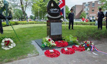 Leg op 13 mei bloemen bij het Short Stirling gedenkteken