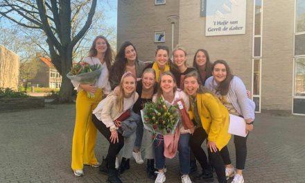 Studenten zingen voor bewoners van 't Hofje van Gerrit de Koker