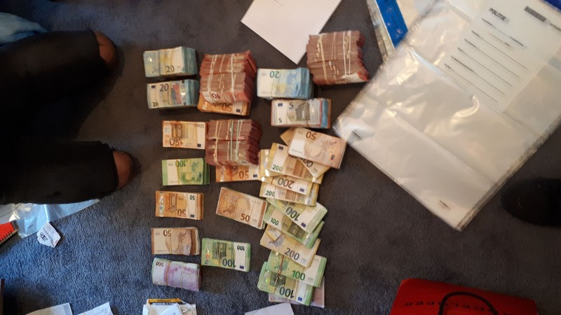 Politie stuit op geld, vuurwapen en drugs in woning Crooswijksestraat