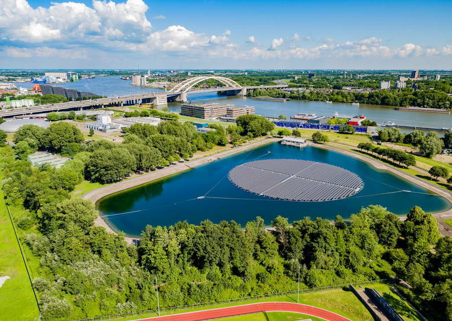 Evides opent bij Rotterdam Europa's grootste zonvolgende drijvende zonnepark