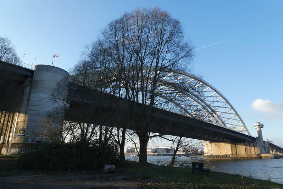 Hoofdrijbaan van de Van Brienenoordbrug A16 richting Den Haag afgesloten