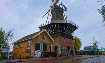 Vlag op de kap voor uitbreiding bij molens aan de Kralingse Plas