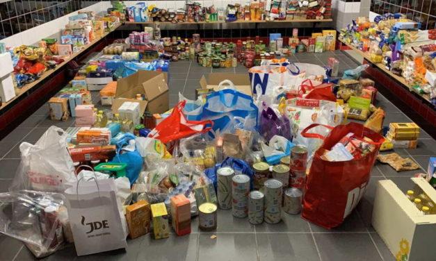 Jeugdopleiding Excelsior haalt voor tienduizend euro aan goederen op voor voedselbank