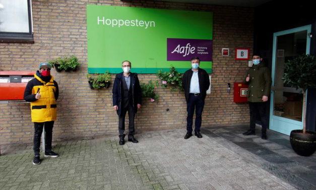 Lekkers en 130 bossen rozen voor bewoners Hoppesteyn