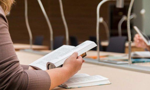 Meerderheid onderwijsinstellingen blijven online surveillance gebruiken bij tentamens, ondanks grote bezwaren