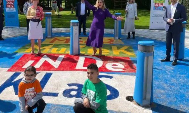 Koningin Máxima verrast klas uit Crooswijk met schoolreisje naar het songfestival