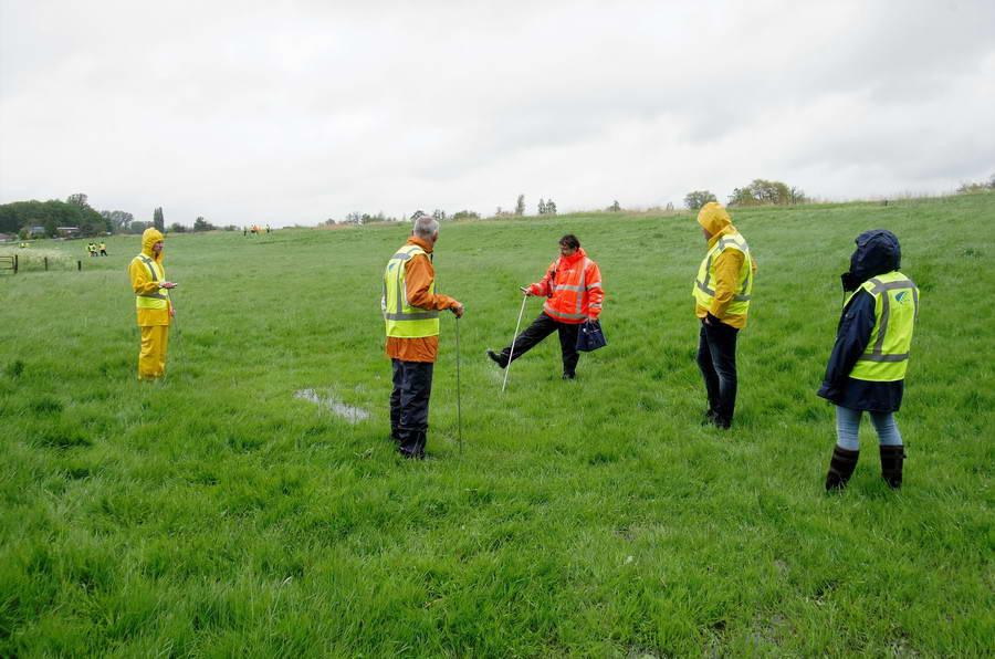 Droogte-inspectie in de regen